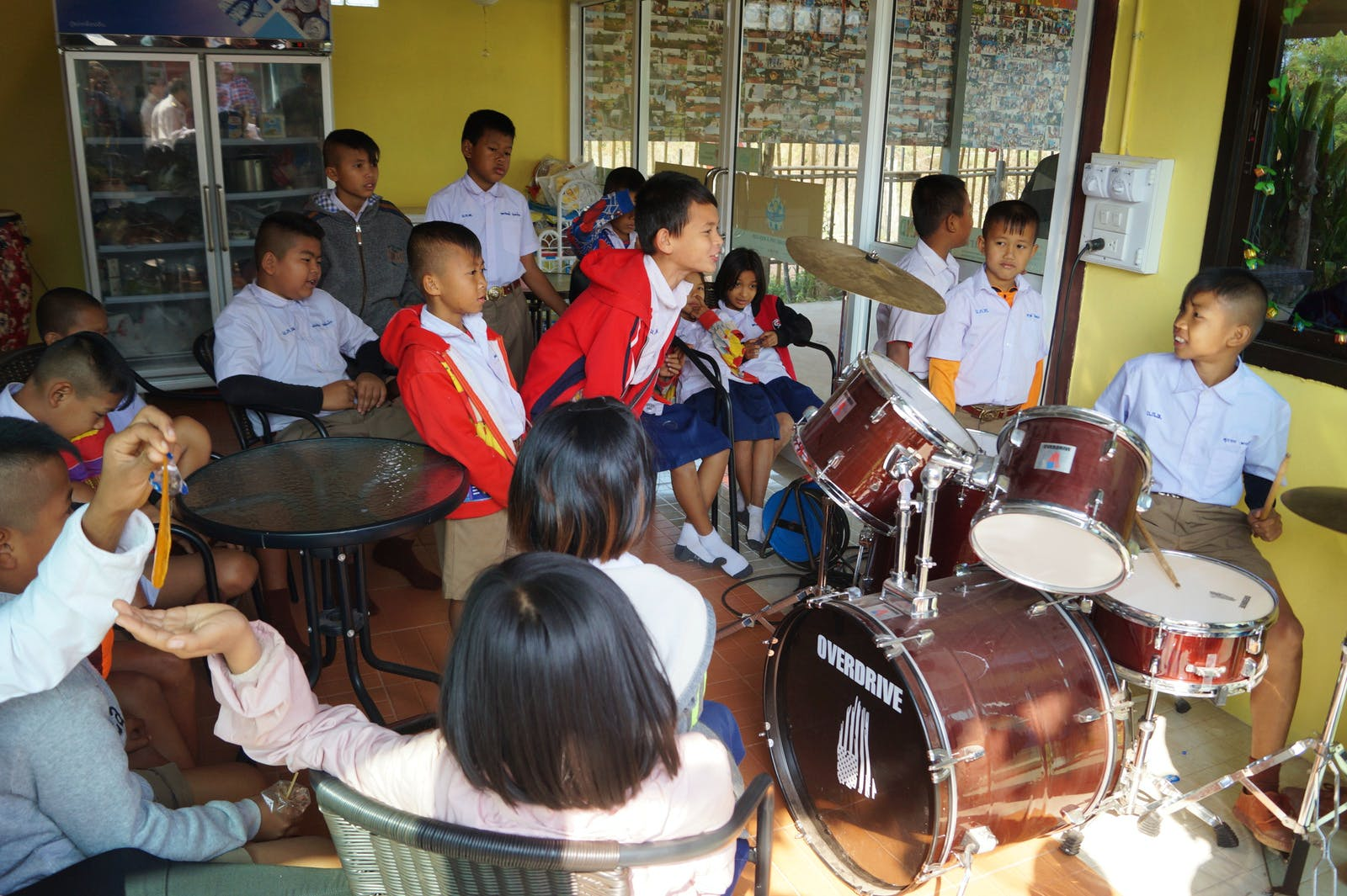 Teach children music at temple schools